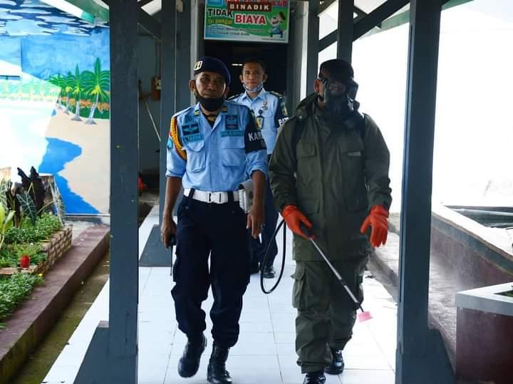 Personil Brimob YON C Pelopor Semprotkan Desinfektan di kantor dan hunian Lapas Kelas IIA Watampone