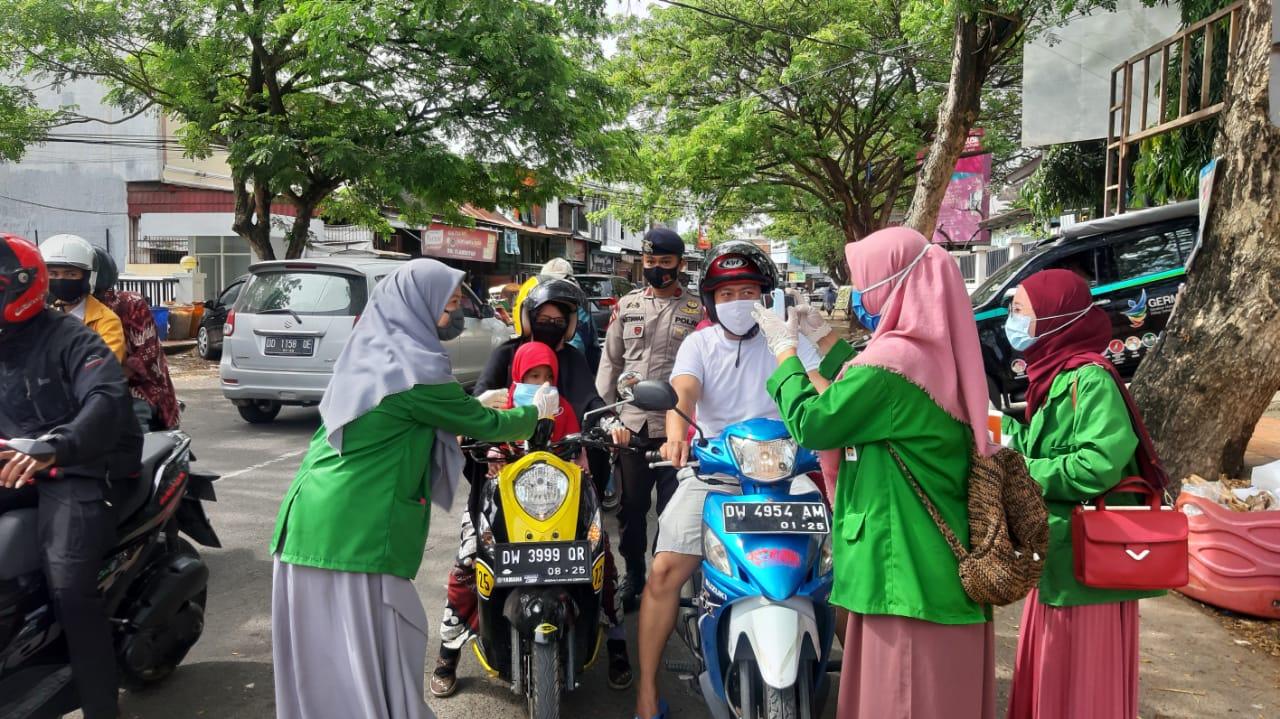 Cegah Penyebaran COVID-19, Batalyon C Pelopor bersama Mahasiswa IAIN Bone bagikan masker