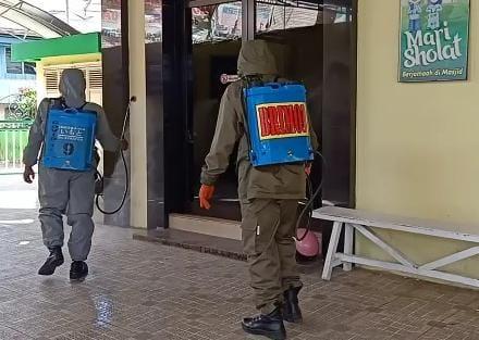 Cegah penularan Covid, Personel Yon C Pelopor bersama BPBD Semprotkan Desinfektan ke Sejumlah Masjid di Kota Watampone