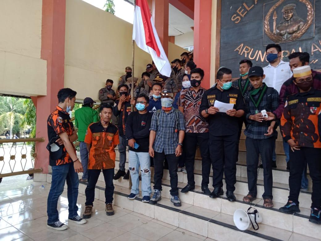 Tolak UU Cipta Kerja, Aliansi Organisasi Mahasiswa dan kepemudaan Bone Seruduk Kantor DPRD Bone