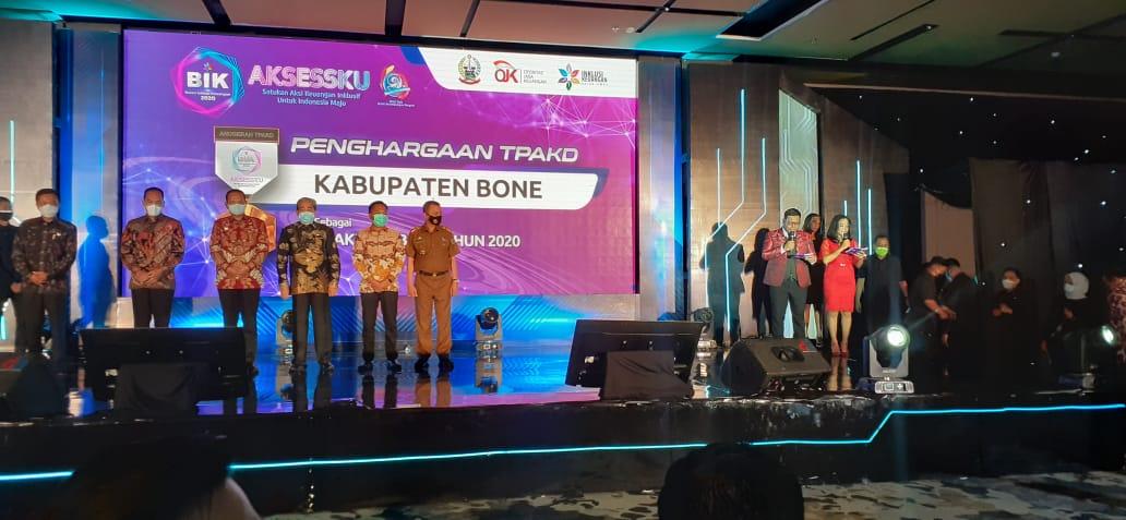 Jadi TPKAD terbaik di Sulsel, Bupati Bone terima penghargaan dan lencana emas dari OJK