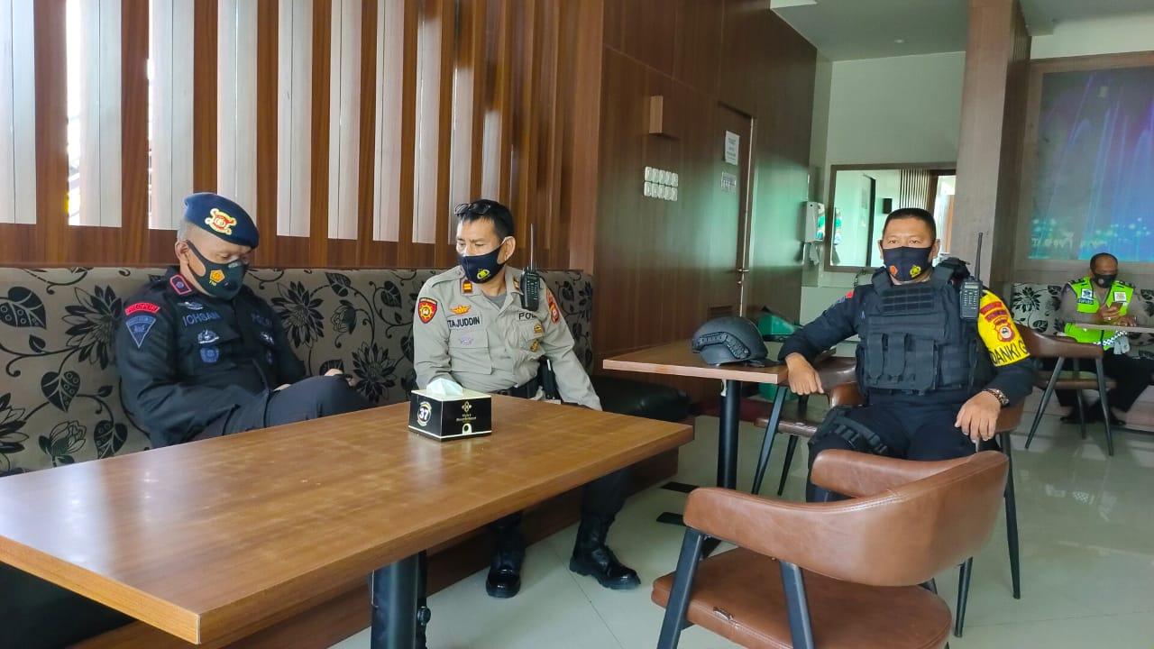 Danyon C Pelopor Kontrol Kesiapan Personilnya Sebelum Rapat Pleno Terbuka Rekapitulasi Perolehan Suara Pilkada Soppeng