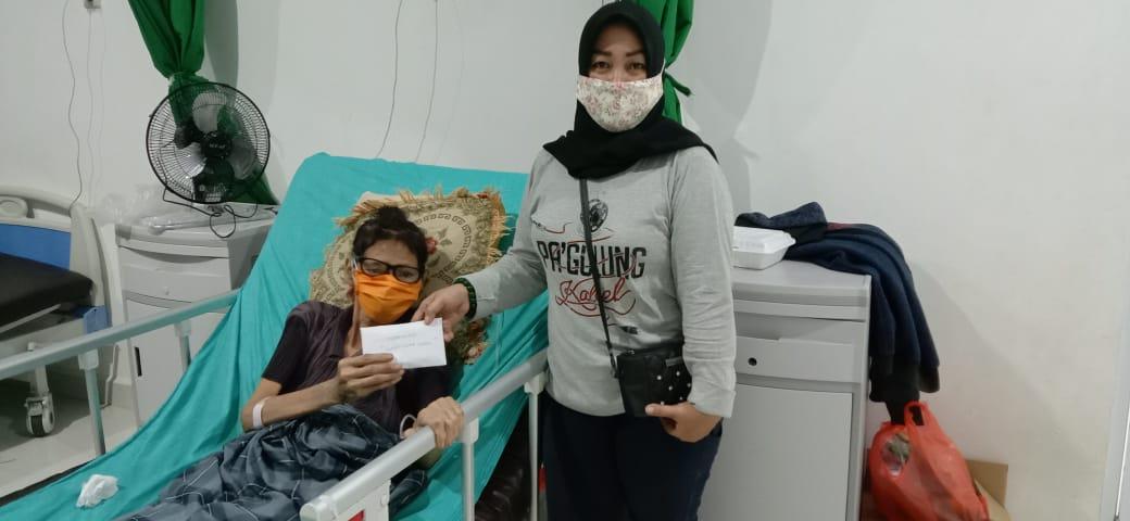 Komunitas Panggulung Kabel Bone Beri Bantuan kepada Salmiati, Warga Kurang Mampu yang Diabetes