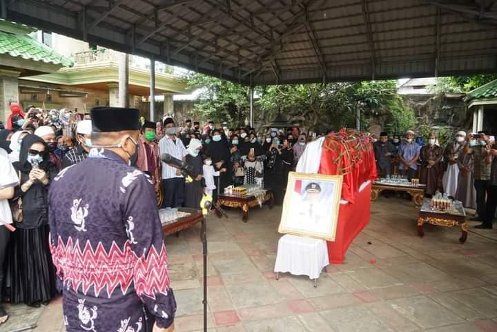 Bupati Pimpim Upacara Pemakaman dan Pelepasan Jenazah Idris Galigo, Mantan Bupati Bone Periode 2003-2010