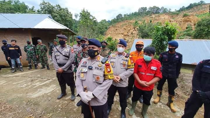 Hari kedua Misi Penyelamatan, Satbrimob Polda Sulsel Mencari 1 KK yang diduga tertibun longsor