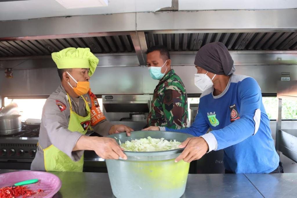 Melalui Dapur Lapangan, Satbrimob Polda Sulsel Sediakan kebutuhan pokok bagi pengungsi bencana gempa