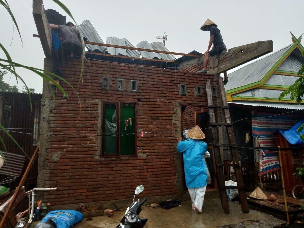 Dinas Sosial dan PMD Takalar Serahkan Bantuan Kepada 4 Rumah Warga Terkena Puting Beliung di Desa Lakatong