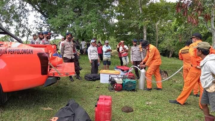 1 TIM Penyelam Gabungan Tim SAR Batalyon C Pelopor dan Basarnas Bone diterjunkan dalam pencarian korban terseret air sungai
