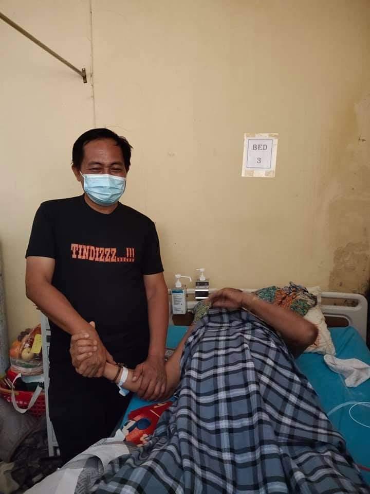 Bersama JOIN Bone, Kasat Intel Polres Bone Kunjungi Wartawan Senior yang sedang terbaring di Rumah Sakit