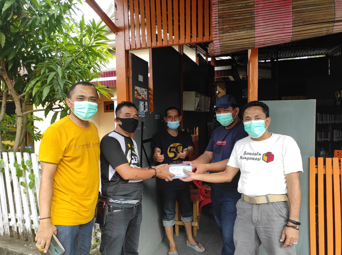 BPC Gapensi Bone Bersama KIS bagikan Masker kepada warga Jalan Sungai Citarung