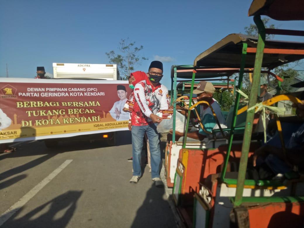 DPC GERINDRA Kota Kendari Bagikan Ratusan Paket Sembako Kepada Komunitas Tukang Becak