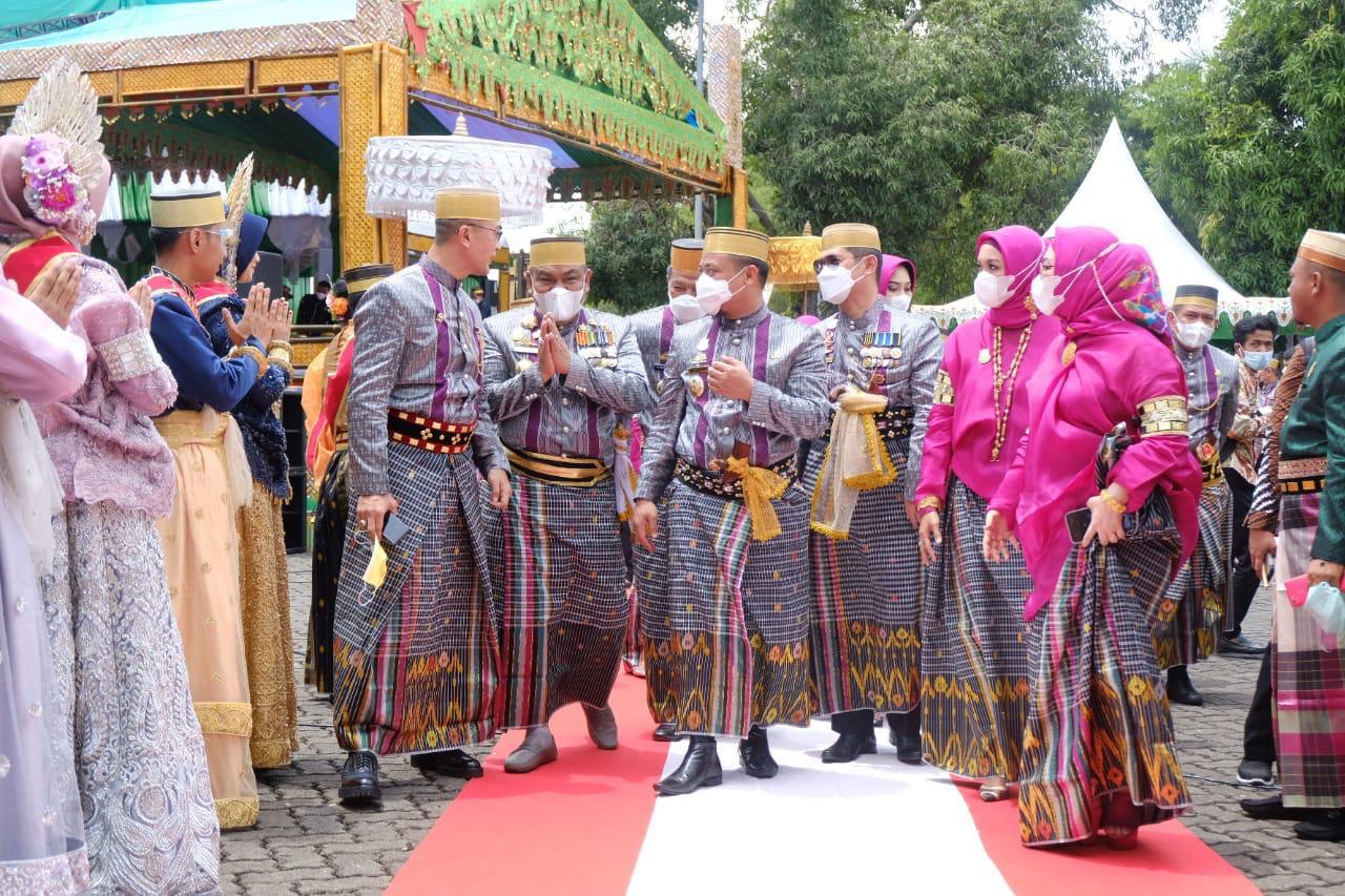 Kapolda Sulsel Didampingi Ketua PD Bhayangkara Hadiri Acara Peringatan Hari Jadi Bone Ke-691