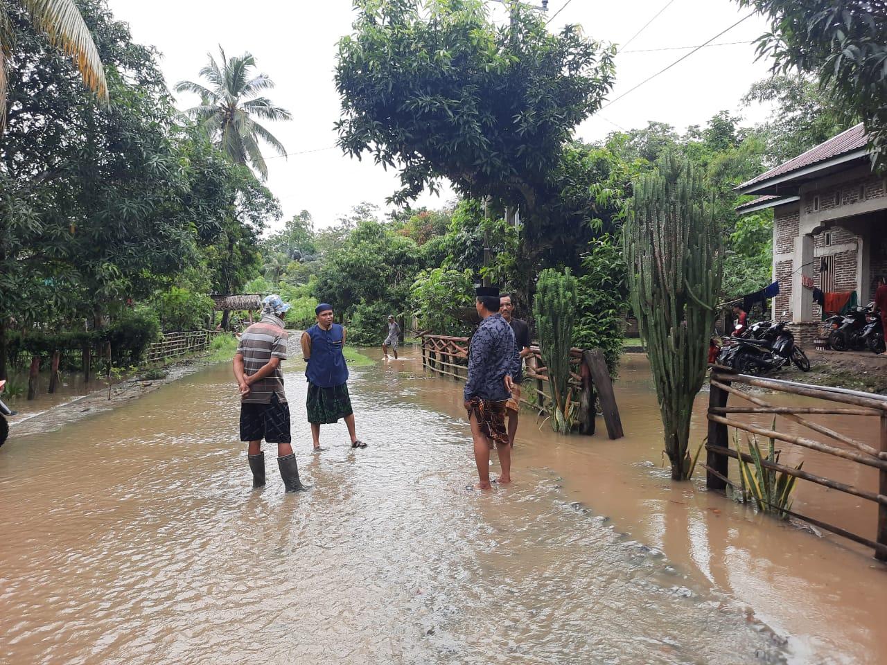 Personel Polsek Sibulue Pantau Lokasi Banjir di Sejumlah Desa