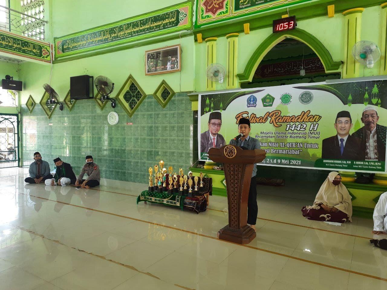 Jalin Silaturahmi, Panit Binmas bersama Bhabinkamtibmas Kelurahan Bajoe hadiri pembukaan festival ramadhan 1442 H