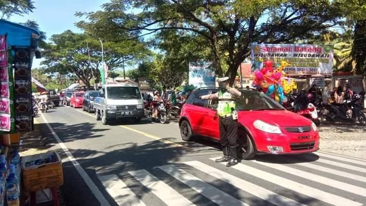 Urai Kemacetan, Satlantas Polres Bone Laksanakan Pengaturan Lalin Wisuda STIH Lapatau
