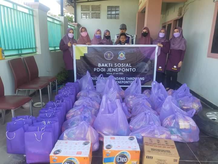 Gelar Baksos, PDGI Cabang Jeneponto Serahkan Bantuan Bagi Korban Banjir di Tarowang