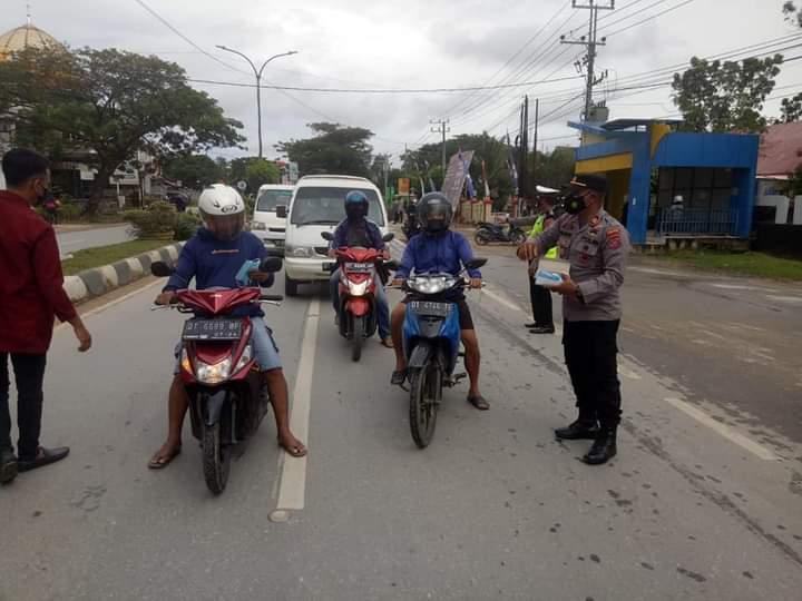 Bagikan 2500 Masker Kepada Pengguna Jalan, Kapolsek Baruga himbau warga tetap disiplin terapkan 5 M