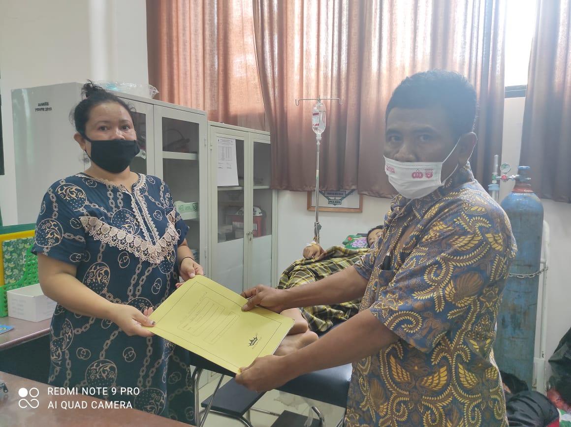 "TIM ""JEBOL"" Disdukcapil Jeneponto Kembali Serahkan Dokumen Kependudukan Kepada Pasien yang baru melahirkan di PKM Bulusibatang dan Binamu Kota"