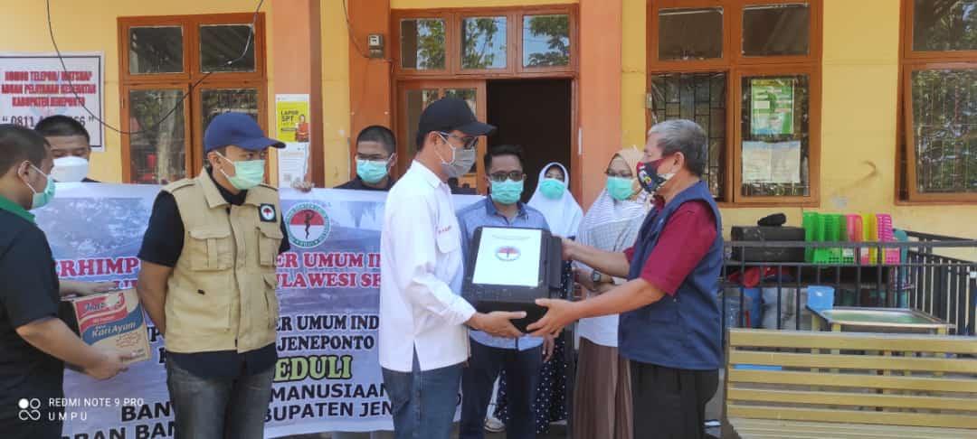 PDUI Sulsel lakukan pemeriksaan kesehatan dan serahkan bantuan sembako kepada korban banjir di Jeneponto