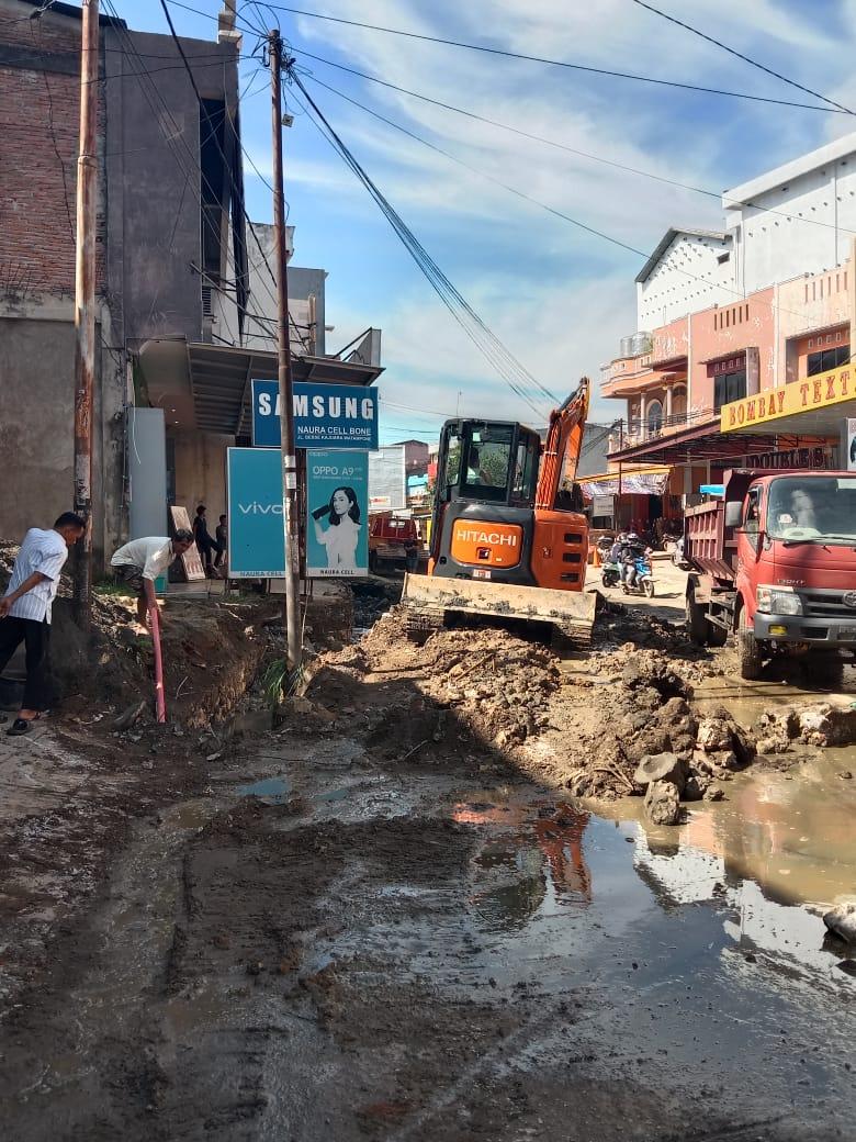 Perbaiki Drainase yang tersumbat, Kadis Perumahan Kawasan Permukiman Bone Minta Warga Jaga Drainase