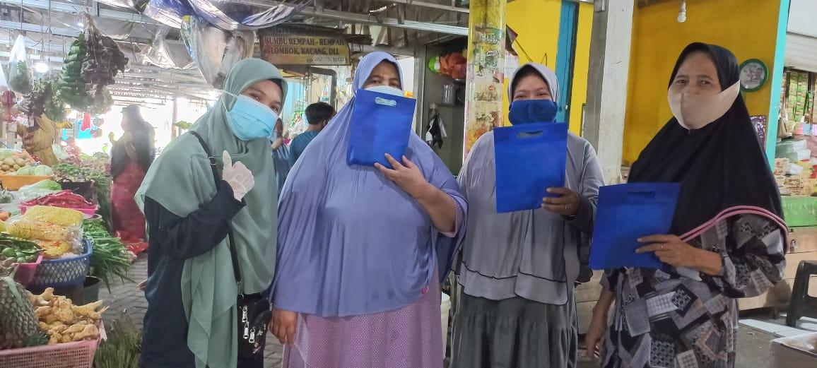 GenBi Komisariat UIN Alauddin Bagikan Masker, Handsanitizer dan Vitamin C Kepada Pedagang Pasar