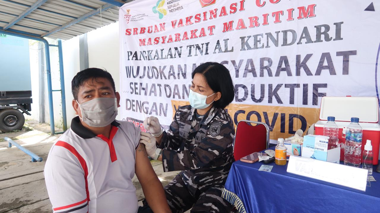 Prajurit TNI AL Kendari Dapatkan Vaksinasi Covid-19 Dosis Kedua