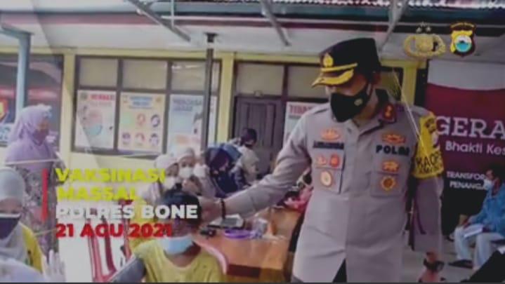 Pantau Pelaksanaan Vaksinasi, Kapolres Bone Himbau Warga Mengantri dan Tetap Mematuhi Prokes