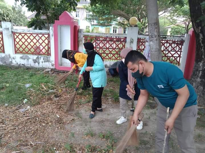 Janga Kebersihan Lingkungan Kantor, Pegawai Disdukcapik Jeneponto Rutin Lakukan Jumat Bersih