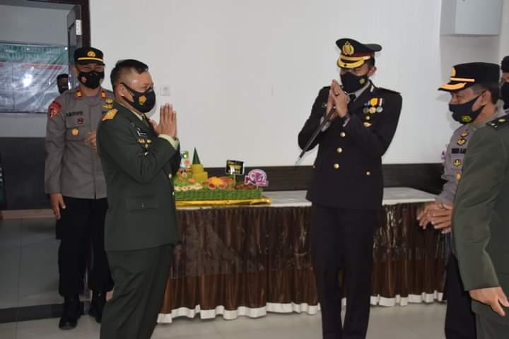 HUT TNI Ke-76, Kapolres Bone Berikan Surprise Kepada Danrem 141 dan Dandim 1407 Bone
